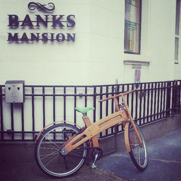 Knappe houten leenfietsen tegen de gevel, dan weet je dat je hotel smaak heeft! Foto van Jelena Kovačević, genomen bij Banks Mansion in Amsterdam.
