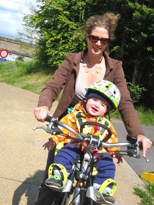Veilig voorop bij mama op de fiets.