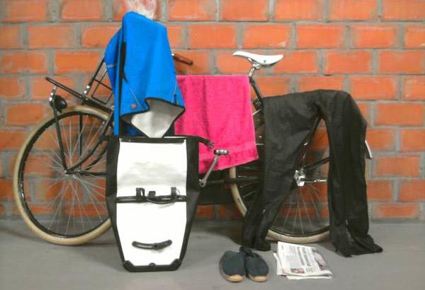 Heb ik altijd bij als er regen in de lucht hangt: regenjas en - broek, waterdichte fietstas met daarin handdoek, droge espadrillen en gazetten voor in mijn natte schoenen.